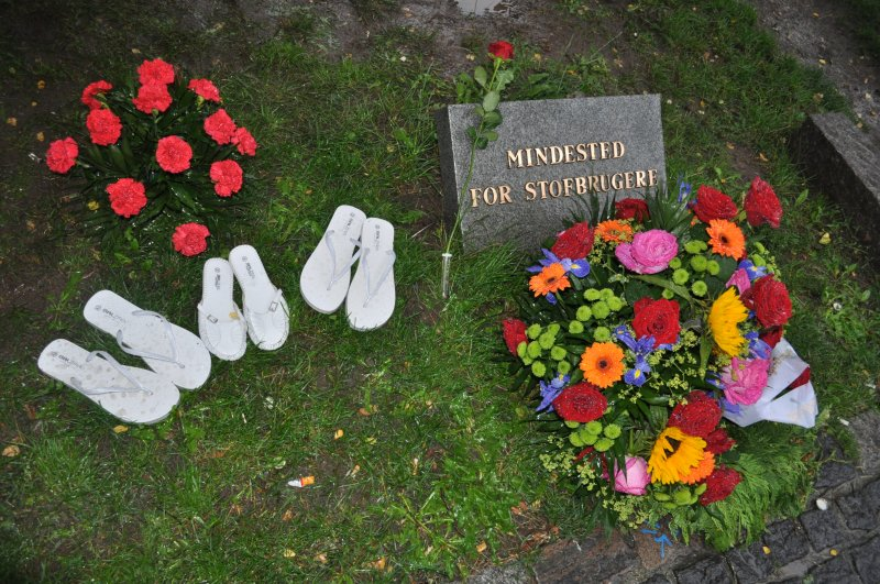 15a-memorial-with-flowers