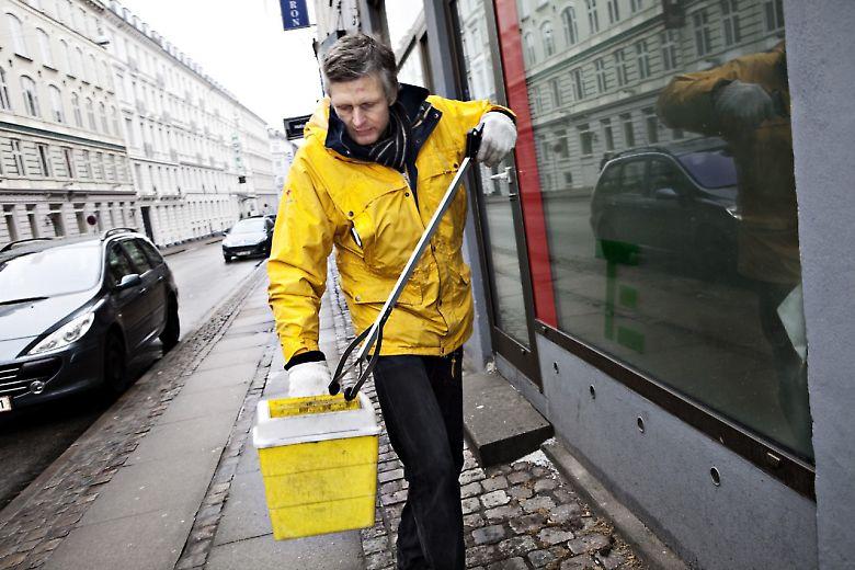 Tom Linnert er fra SprøjtePatruljen - en gruppe af frivillige, aktive stofbrugere der opsamler brugte sprøjter, kanyler og andet brugerrelateret udstyr hver eneste dag året rundt.