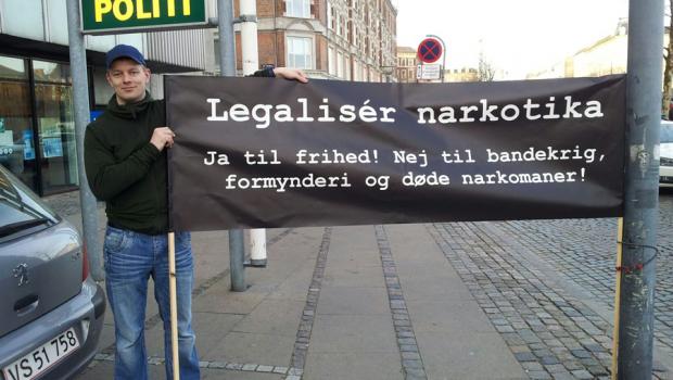 Legaliser narkotika i Danmark? [Del 1 – 4] Fra Radio 24/7 – Økonom, og tidligere folketingskandidat for Liberal Alliance, Niels Westy Munch-Holbek er her i debat sammen med Marlene Lorenzen […]